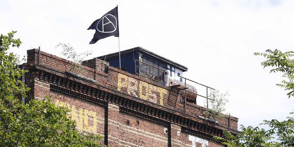 [B] Solidarität mit der besetzten Teppichfabrik! Kampf dem Eigentum an Grund und Boden!